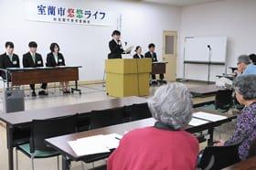 看護師を目指したきっかけや理想の看護師像を発表する学生たち