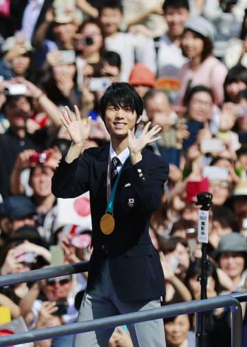 パレードで、沿道に集まった大勢の人たちに手を振る羽生結弦選手=4月22日、仙台市