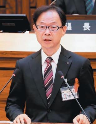定例大分市議会で来年春の市長選への出馬を表明する佐藤樹一郎市長=30日午前、大分市議会