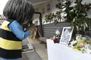 「水木しげる記念館」に設けられた献花台で手を合わせる着ぐるみの鬼太郎=30日午前、鳥取県境港市