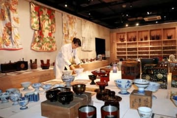 酒席で使われた盃洗などが並ぶ菊水酒造日本酒文化研究所の展示スペース=新発田市