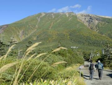 王滝口登山道の入り口付近から見た御嶽山=2016年9月27日、長野県王滝村