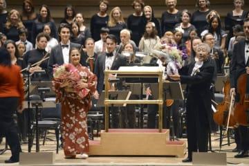 ニューヨークのカーネギーホールで公演後、花束を受け取った向山精二さん(手前右)=29日(共同)