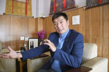 インタビューに応じるチベット亡命政府のロブサン・センゲ首相=インド・ダラムサラ(共同)
