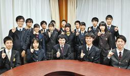 山本育海さん(前列中央)を応援する「いっくんポーズ」をする高校生。来月14日、募金活動に取り組む=明石市役所