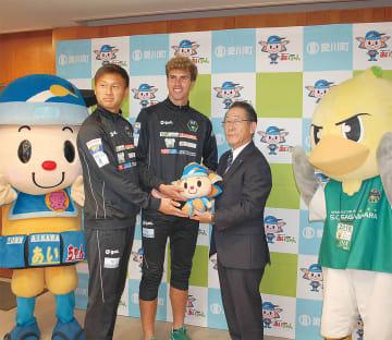 ホームタウン決定を記念して小野澤町長があいちゃん人形をプレゼント