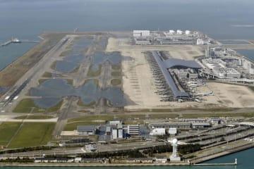 台風21号の影響による高潮で浸水し、誘導路などに水が残る関西空港=9月5日
