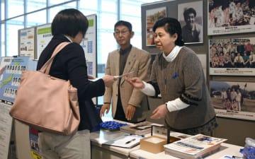 拉致被害者救出を訴える署名活動に参加した曽我ひとみさん(右)=30日午後、新潟市