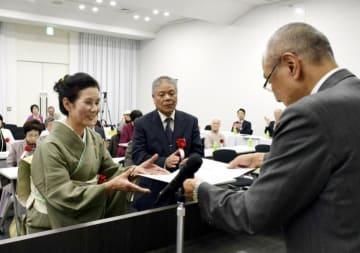 愛媛新聞短詩型文学賞表彰式で賞状を贈られる受賞者=30日午後、松山市大手町1丁目