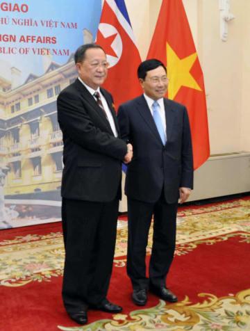 会談前に握手する北朝鮮の李容浩外相(左)と、ベトナムのファム・ビン・ミン副首相兼外相=30日、ハノイ(共同)