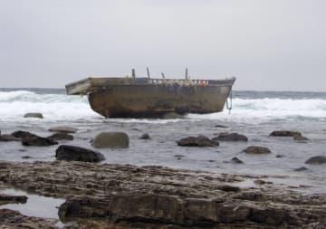 新潟県粟島浦村に漂着した木造船=30日午前(新潟海上保安部提供)