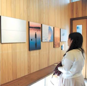 幻想的な雰囲気の風景写真などが並ぶ作品展