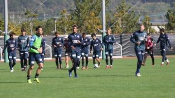 12月1日のJ1最終節に向けて調整するV長崎の選手たち=諫早市サッカー場