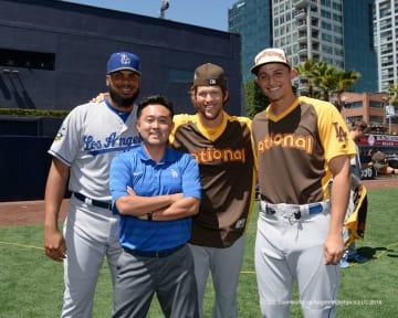 2015年からロサンゼルス・ドジャースでアシスタント・アスレチックトレーナーを務める中島陽介さん(左から2人目)。米国野球を学ぶために渡米し、NATA公認アスレチックトレーナーの存在を知り、ロングビーチ州立大学大学院で勉強した。(Photo: Jon SooHoo/©Los Angeles Dodgers, LLC 2016)
