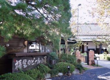 東京ドームと同じ規模の敷地をもつ「石川酒造」。現在は、日本酒をつくる蔵のほかにブルワリーや資料館、レストランが敷地内にある。画像の左手前がレストラン「福生のビール小屋」。その奥にブルワリーがある。