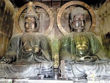 源宗寺の「木彫大仏坐像」。右側が薬師如来、左側が観音菩薩(熊谷市教育委員会提供)