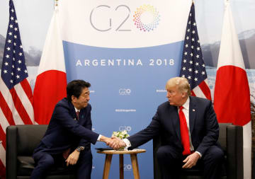 アルゼンチンの首都ブエノスアイレスでトランプ米大統領(右)と会談する安倍晋三首相(ロイター=共同)