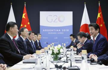 中国の習近平国家主席(左端)との会談に臨む安倍首相(右端)=11月30日、ブエノスアイレス(代表撮影・共同)