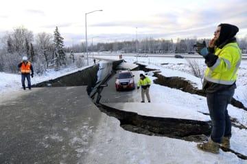 米アラスカ州アンカレジの空港近くで、地震で崩落した道路=11月30日(ロイター=共同)