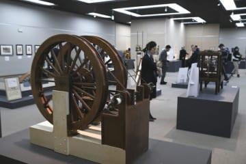 レオナルド・ダ・ヴィンチの研究成果を形にした大型模型が並ぶ企画展会場