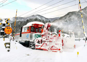 JR北陸線の線路に積もった雪を取り除く除雪車両。運休が相次ぎ、福井県民の生活が混乱した=2月6日、福井県南越前町今庄