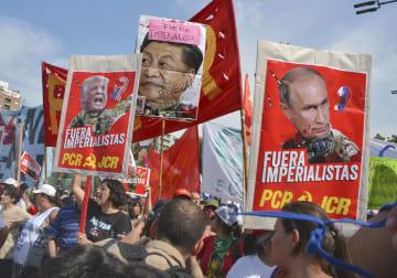 ブエノスアイレスでG20首脳会合開催に反対するデモの参加者ら=11月30日(共同)