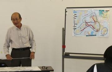 潜伏キリシタンの移住について説明する入口さん=西海市、大瀬戸コミュニティセンター