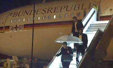 ドイツ・ケルンに緊急着陸し、政府専用機を降りる同国のメルケル首相(手前)=11月29日(AP=共同)