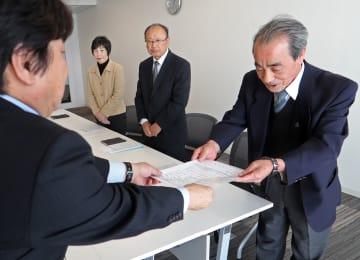 カネミ油症患者の救済へ要望書を県に提出する旭梶山会長(右)=県庁