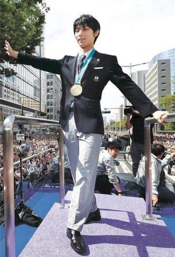 10万8000人が詰め掛けた羽生選手の祝賀パレード。18億5000万円の経済効果を生んだ=4月22日、仙台市青葉区一番町3丁目