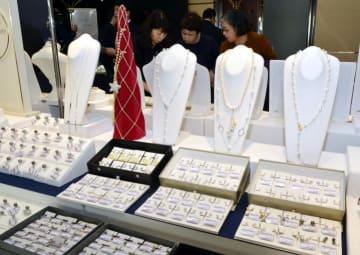 約5000点の真珠製品が並ぶパールフェアの会場=30日午前、松山市二番町4丁目