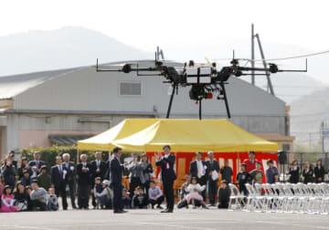 岡山県和気町で始まった小型無人機ドローンを使った荷物配送の検証実験=1日午前