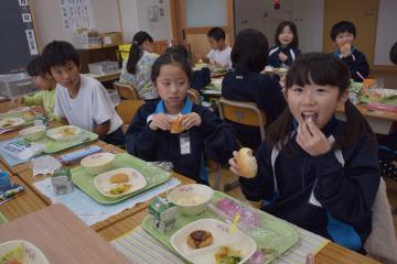 米ゲルを使ったコッペパンを食べる児童たち=河内町長竿のかわち学園