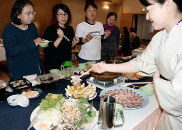 「天草冬の夜美鍋キャンペーン」の試食会で、鍋を楽しむ参加者ら=天草市