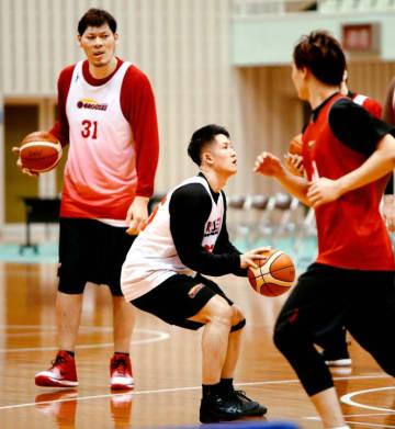 天皇杯2次ラウンドを前に、事前練習を行うB1富山・葛原(中央)と青野(左)ら=県総合運動公園体育館