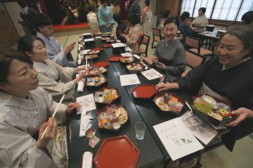 「筑波山プレミアムお結び二段重弁当」を楽しむ「百人きもの」の参加者ら=つくば市筑波