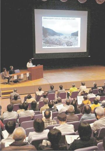 被災体験を聞く会で、震災の教訓と訓練の重要性を訴える被災者ら=30日夜、三重県伊勢市