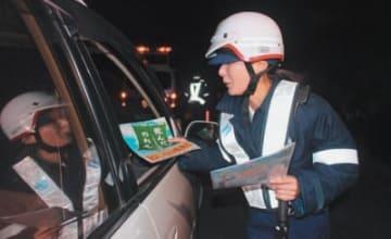 車を止め、ドライバーが飲酒運転をしていないか調べる大分東署員=11月30日夜、大分市鶴崎