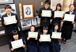 貿易実務検定C級に合格した県立神戸商業高の生徒たち。校内の歴史資料室に福沢諭吉の写真が飾られる=神戸市垂水区星陵台4