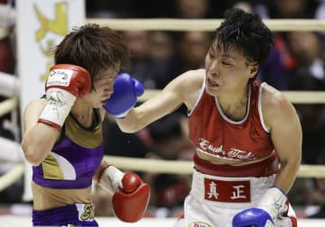 5回、江畑佳代子(左)を攻める多田悦子=エディオンアリーナ大阪