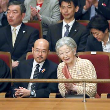 「エル・システマ」のコンサートを鑑賞に訪れ、説明を聞かれる皇后さま=1日午後、東京・池袋の東京芸術劇場(代表撮影)