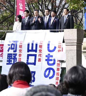 福岡市で街頭演説する公明党の山口代表(左から3人目)=1日
