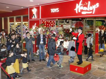 福岡市にオープンした英国の老舗玩具店「ハムリーズ」=1日午後