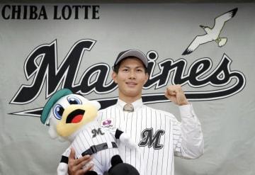 入団に合意し、ポーズをとるロッテドラフト1位の藤原恭大外野手=1日、大阪市内のホテル