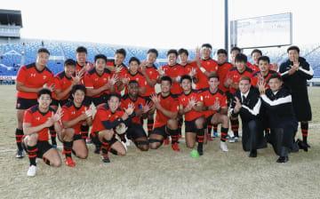 リーグ対抗戦で8年連続9度目の優勝を果たした帝京大の選手たち=熊谷ラグビー場