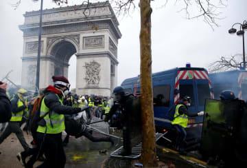 1日、フランス・パリで警官隊と衝突するデモ参加者ら(ロイター=共同)