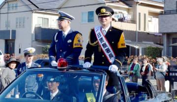 オープンカーに乗りパレードする哀川翔さん(右)=11月30日、埼玉県さいたま市西区西大宮