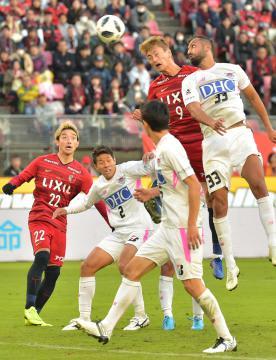 鹿島-鳥栖 後半38分、鹿島・鈴木がヘディングシュートを放つ=カシマスタジアム、高松美鈴撮影