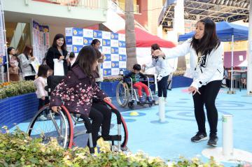 競技用車いすに挑戦する子どもたち=つくば市小野崎、根本樹郎撮影