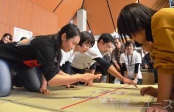 次々と絵札を奪取する(左から)阪本文奈さん、敦子さん、永井さん